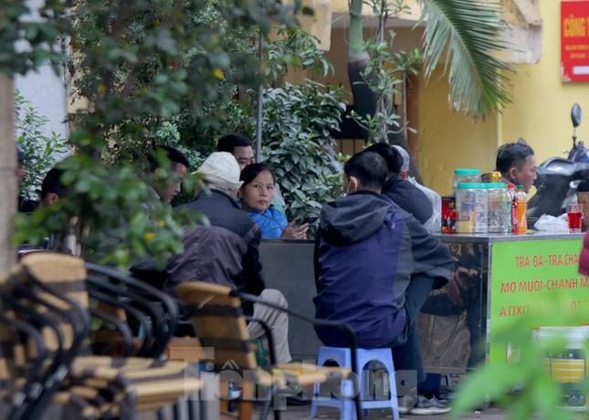Hàng quán vỉa hè Hà Nội hoạt động tấp nập giữa lệnh cấm ảnh 2