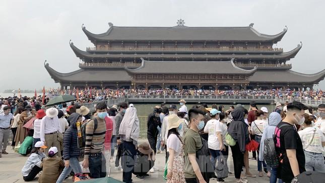 'Biển người' chen chân đi lễ chùa Tam Chúc ngày cuối tuần ảnh 1