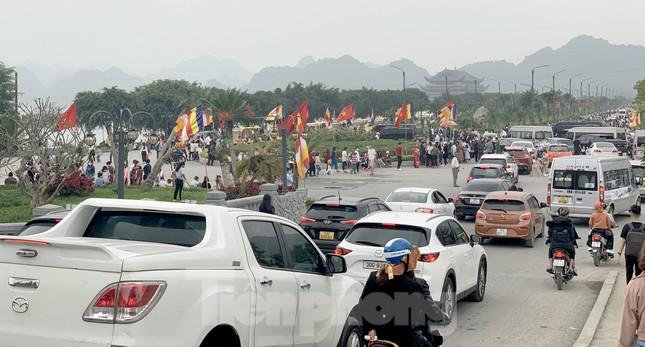 'Biển người' chen chân đi lễ chùa Tam Chúc ngày cuối tuần ảnh 5