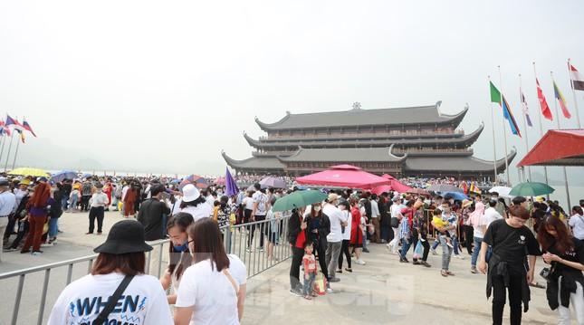 'Biển người' chen chân đi lễ chùa Tam Chúc ngày cuối tuần ảnh 2