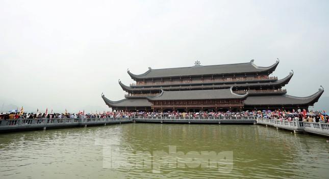'Biển người' chen chân đi lễ chùa Tam Chúc ngày cuối tuần ảnh 3
