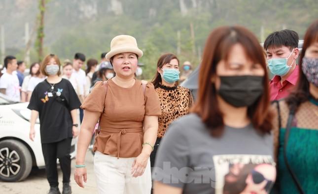 'Biển người' chen chân đi lễ chùa Tam Chúc ngày cuối tuần ảnh 8