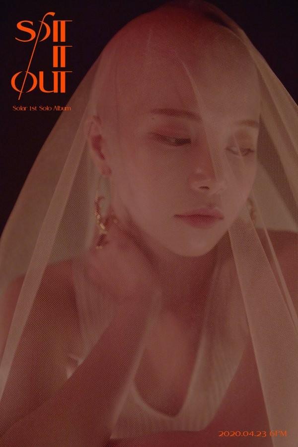 Hết cạo trọc đầu lại mặc váy nhựa trong suốt, Solar (Mamamoo) khiến khán giả ngán ngẩm ảnh 2