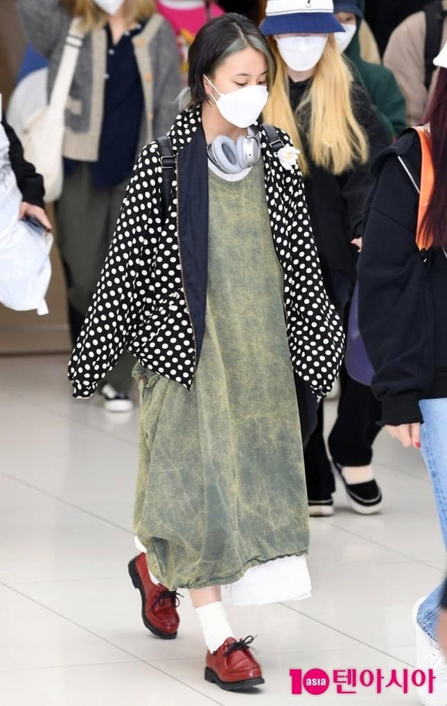 """Diện đồ phá cách đến khó hiểu, Chaeyoung (TWICE) bị gọi là """"kẻ khủng bố thời trang"""" ảnh 2"""