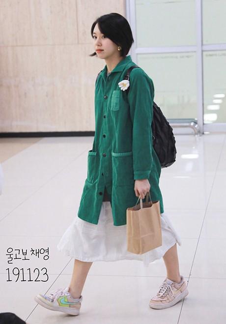 """Diện đồ phá cách đến khó hiểu, Chaeyoung (TWICE) bị gọi là """"kẻ khủng bố thời trang"""" ảnh 1"""