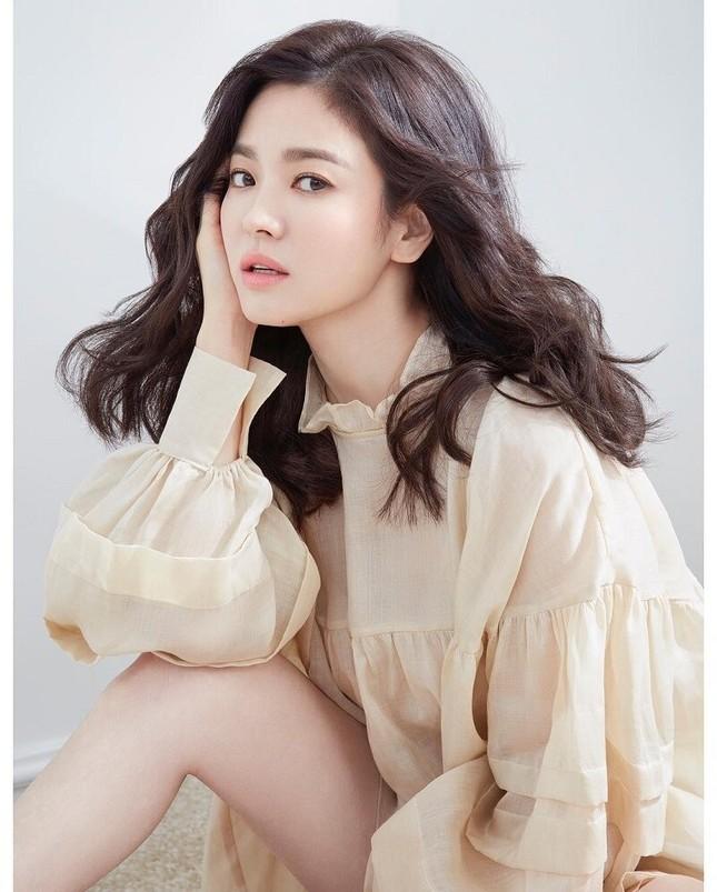 Thử nghiệm phong cách trang điểm ấn tượng, Song Hye Kyo bị chê già và kém sắc ảnh 6