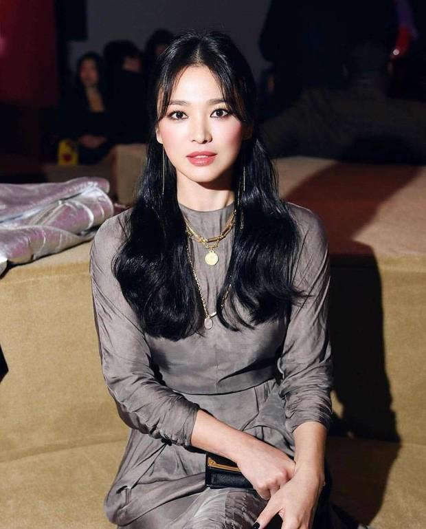 Thử nghiệm phong cách trang điểm ấn tượng, Song Hye Kyo bị chê già và kém sắc ảnh 2