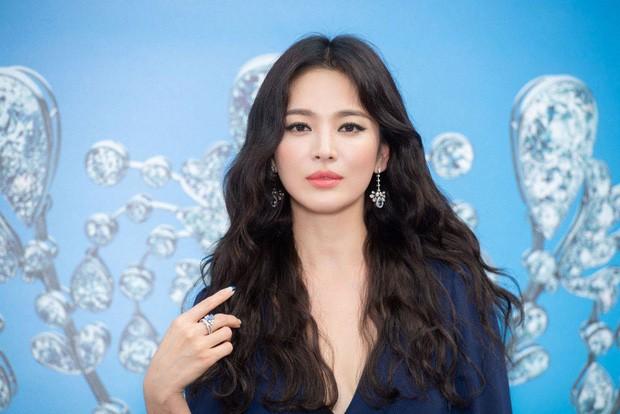Thử nghiệm phong cách trang điểm ấn tượng, Song Hye Kyo bị chê già và kém sắc ảnh 3