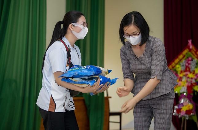 Dù gặp khó vì dịch COVID-19, ca sĩ Đinh Hiền Anh vẫn miệt mài làm từ thiện  ảnh 1