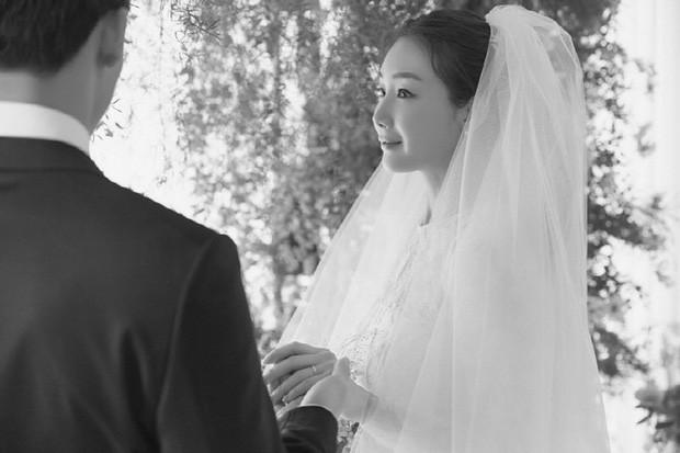"""Sinh con đầu lòng ở tuổi 45, Choi Ji Woo trở thành """"bà mẹ lớn tuổi"""" đẹp nhất xứ Hàn  ảnh 2"""