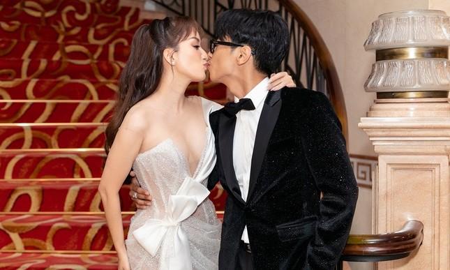 """Khánh Thi – Phan Hiển """"khóa môi"""" tình tứ ngay tại lễ trao giải """"Quả bóng Vàng"""" ảnh 2"""
