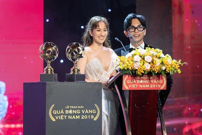 """Khánh Thi – Phan Hiển """"khóa môi"""" tình tứ ngay tại lễ trao giải """"Quả bóng Vàng"""" ảnh 1"""