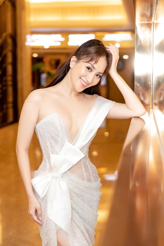 """Khánh Thi – Phan Hiển """"khóa môi"""" tình tứ ngay tại lễ trao giải """"Quả bóng Vàng"""" ảnh 3"""