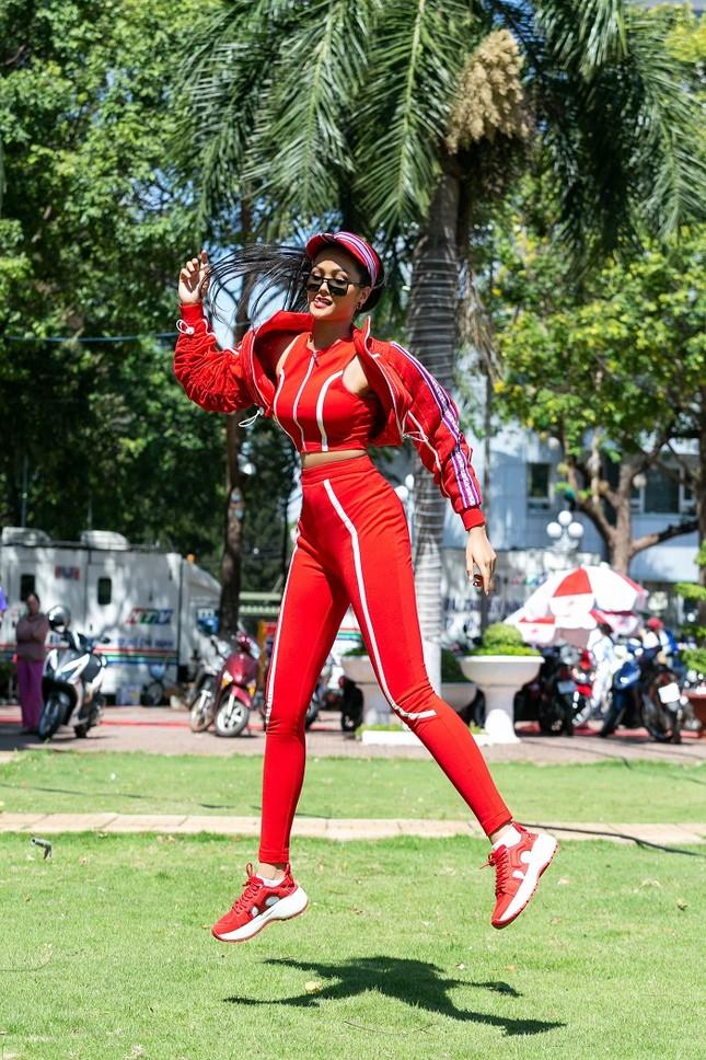 Hoa hậu H'Hen Niê khoe ba vòng nóng bỏng trong trang phục thể thao siêu độc đáo ảnh 1