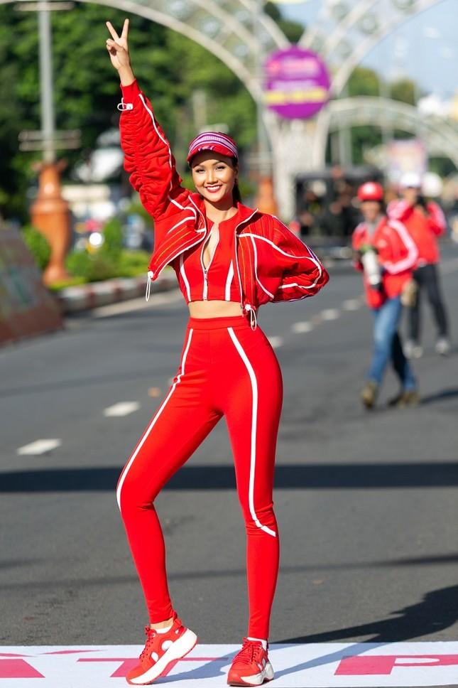 Hoa hậu H'Hen Niê khoe ba vòng nóng bỏng trong trang phục thể thao siêu độc đáo ảnh 2