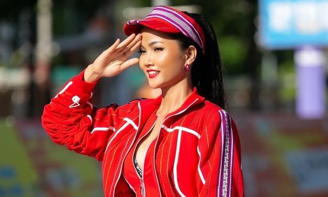 Hoa hậu H'Hen Niê khoe ba vòng nóng bỏng trong trang phục thể thao siêu độc đáo ảnh 3