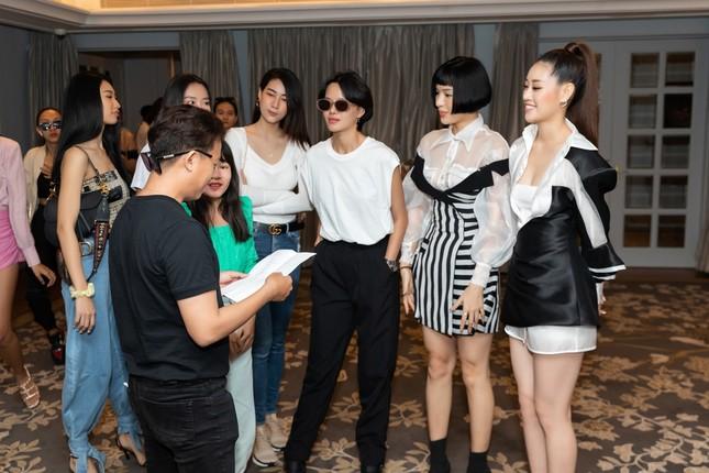 Hoa hậu Khánh Vân, Á hậu Mâu Thủy khoe dáng chuẩn trong buổi tập cho show diễn mới ảnh 2