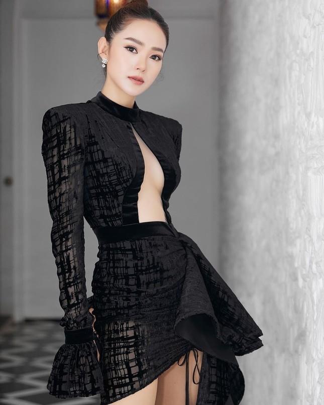 Mỹ nhân Việt ngày càng táo bạo với những mẫu váy triệt để khoe đôi gò bồng đảo  ảnh 4