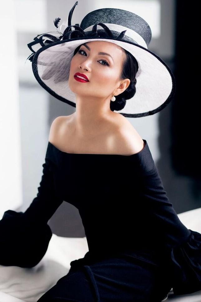 Sở hữu tài sản hơn 1 tỷ đôla, nghệ sĩ giàu nhất Việt Nam có gu thời trang thế nào? ảnh 1
