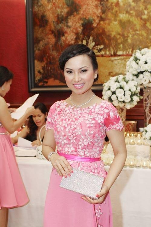 Sở hữu tài sản hơn 1 tỷ đôla, nghệ sĩ giàu nhất Việt Nam có gu thời trang thế nào? ảnh 12