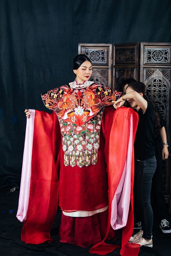 """Những con số gây """"choáng"""" về bộ phượng bào mà Thanh Hằng mặc trong phim mới  ảnh 9"""