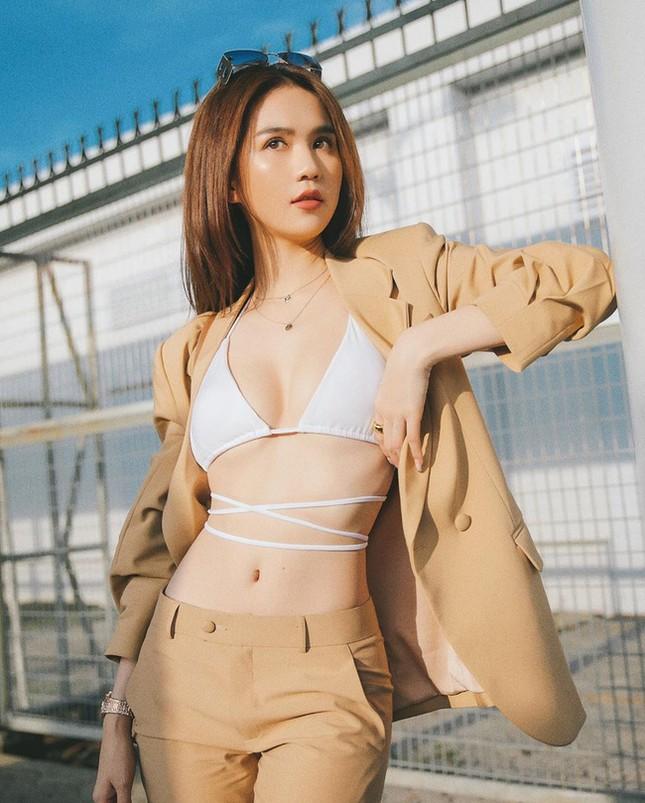 """""""Đánh sập"""" cư dân mạng: Ngọc Trinh thả dáng bikini ra sân bay khoe ngực đầy eo thon ảnh 9"""