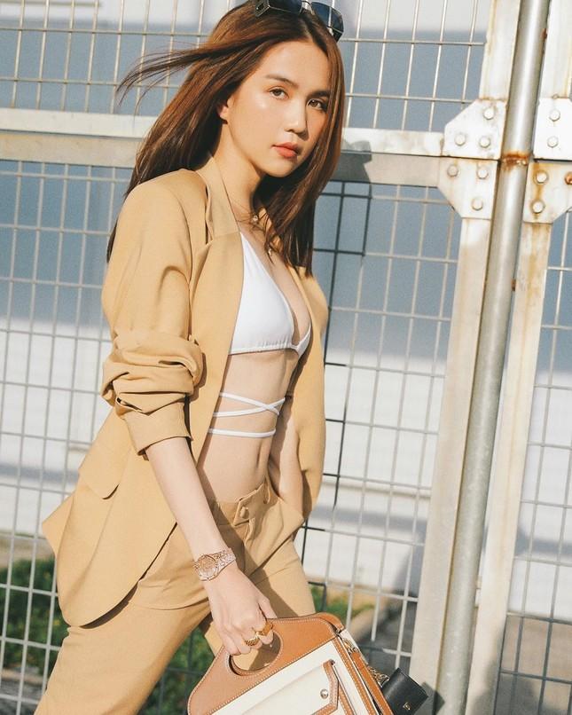 """""""Đánh sập"""" cư dân mạng: Ngọc Trinh thả dáng bikini ra sân bay khoe ngực đầy eo thon ảnh 8"""