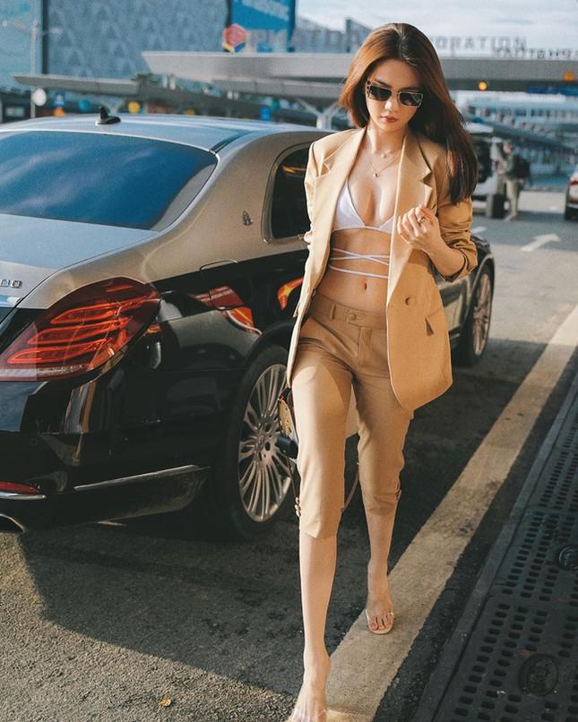 """""""Đánh sập"""" cư dân mạng: Ngọc Trinh thả dáng bikini ra sân bay khoe ngực đầy eo thon ảnh 10"""