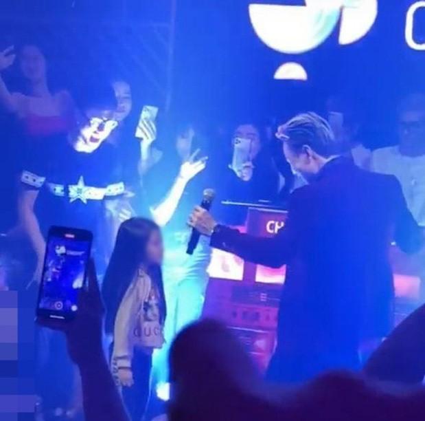 Binz có đáng bị chê trách là biểu diễn ca khúc người lớn trước mặt trẻ em trong quán bar? ảnh 7
