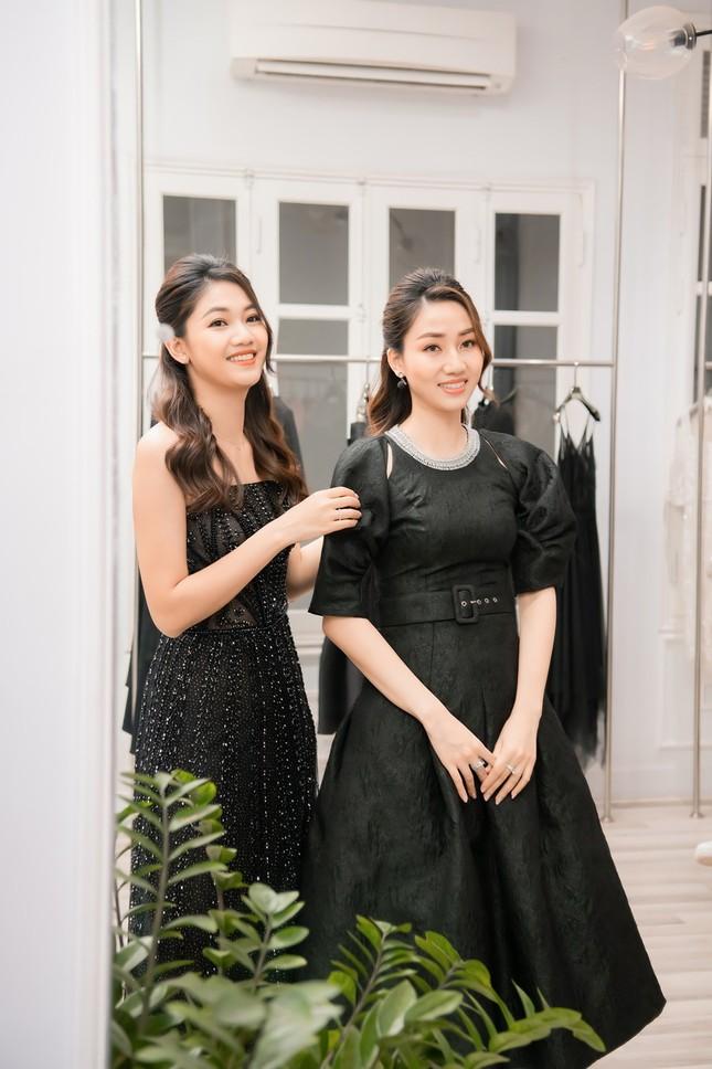 Ngọc Hân cùng Á hậu Trà My, Thanh Tú rủ nhau mua váy gây quỹ ủng hộ miền Trung ảnh 9