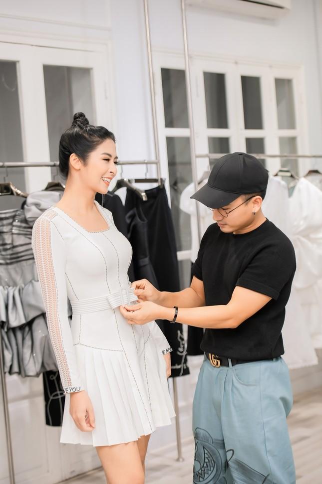 Ngọc Hân cùng Á hậu Trà My, Thanh Tú rủ nhau mua váy gây quỹ ủng hộ miền Trung ảnh 8