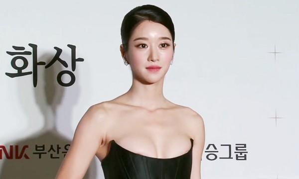Thót tim khi sao Hàn suýt gặp sự cố lộ ngực vì mặc đồ gợi cảm ảnh 12