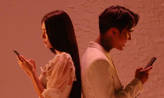 """Phim """"Tiệc trăng máu"""" tung MV nhạc phim cũng phơi bày những giả dối sau chiếc điện thoại  ảnh 5"""