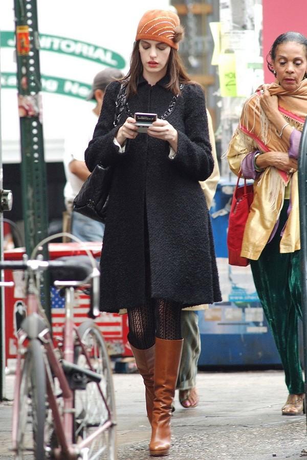 """Đóng phim nào cũng tạo xu hướng thời trang, Anne Hathaway quả đúng là """"nữ hoàng mặc đẹp"""" ảnh 5"""