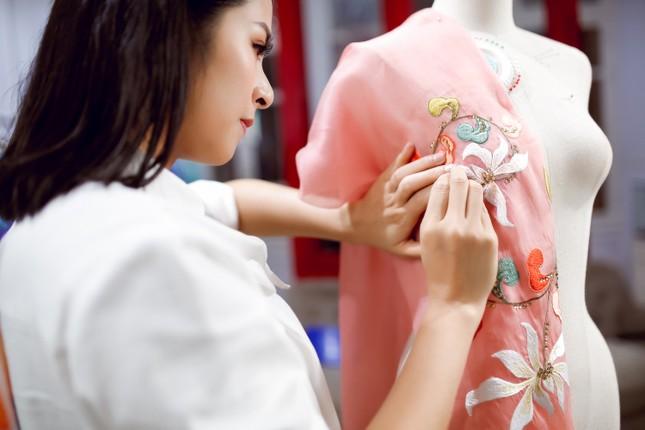 Còn gì ý nghĩa hơn khi Ngọc Hân thiết kế áo dài dành riêng cho chung kết HHVN 2020? ảnh 10