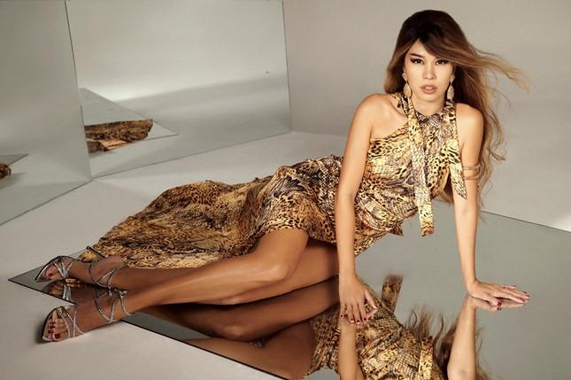 """Không hổ danh là """"nữ hoàng quyến rũ"""", Hà Anh diện đẹp những mẫu váy hở đến thót tim  ảnh 9"""