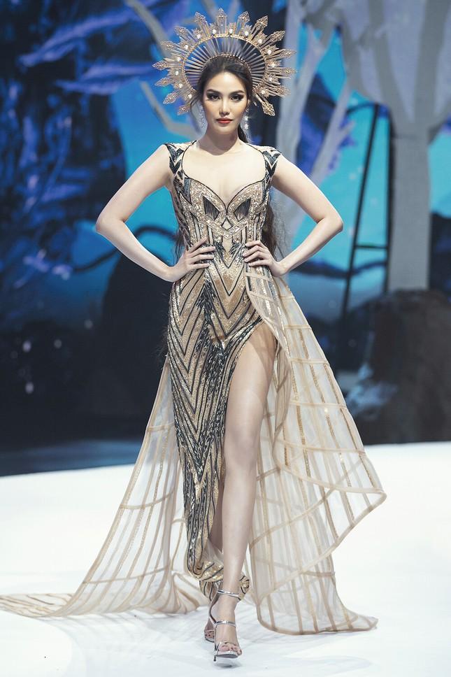Chiếc váy này có gì đặc biệt mà ba mỹ nhân Lan Khuê, Hoàng Thùy, Thanh Khoa đua nhau mặc? ảnh 10