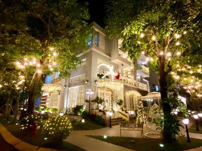 Choáng ngợp nhìn sao Việt trang trí nhà cửa mùa Noel: Sang xịn như khách sạn 5 sao ảnh 12