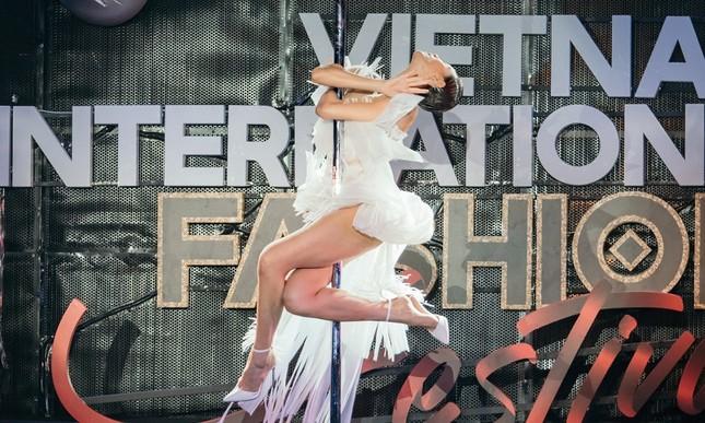 Phương Mai táo bạo đưa múa cột lên sân khấu thời trang nhưng không bị chê phản cảm ảnh 4