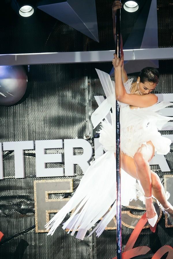 Phương Mai táo bạo đưa múa cột lên sân khấu thời trang nhưng không bị chê phản cảm ảnh 3