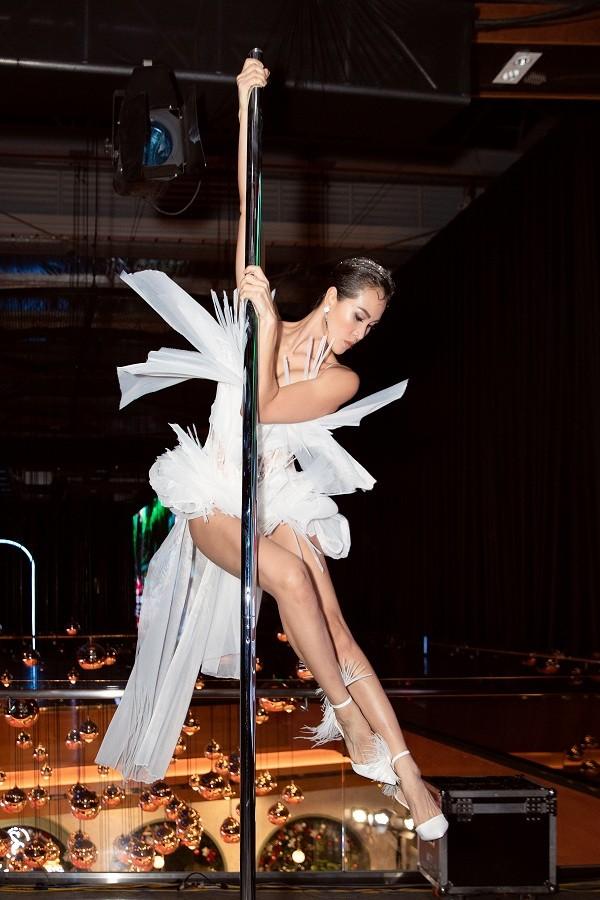 Phương Mai táo bạo đưa múa cột lên sân khấu thời trang nhưng không bị chê phản cảm ảnh 5