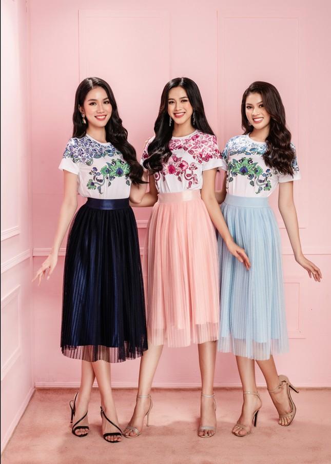 Hoa hậu Đỗ Thị Hà cùng hai Á hậu chọn gì để diện Tết và mùa lễ hội cuối năm? ảnh 16