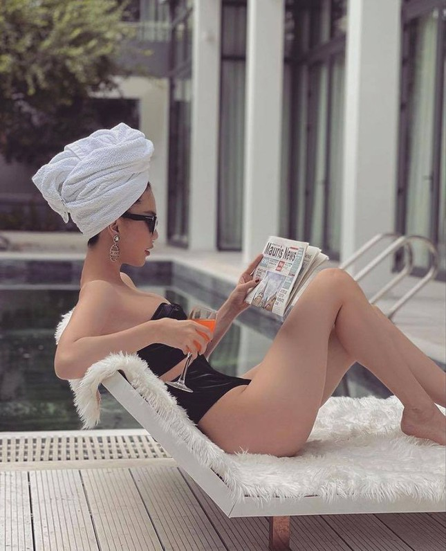Chi Pu vừa khoe ảnh mặc quần tất không nội y, Ngọc Trinh đã diện bikini xẻ cao hết cỡ ảnh 9