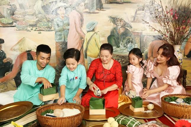 Vợ chồng Khánh Thi dạy hai con gói bánh chưng để tận hưởng không khí Tết cổ truyền ảnh 4