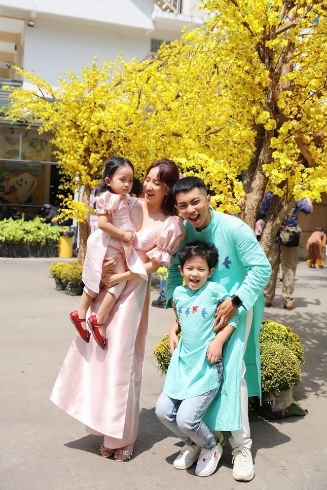 Vợ chồng Khánh Thi dạy hai con gói bánh chưng để tận hưởng không khí Tết cổ truyền ảnh 8