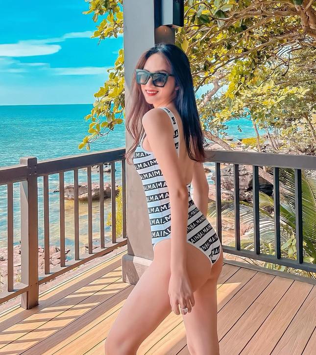 Muốn bỏng mắt với những bộ bikini khoét cao hết cỡ của dàn mỹ nhân Việt ảnh 12