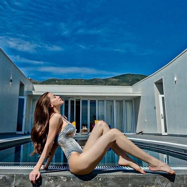 Muốn bỏng mắt với những bộ bikini khoét cao hết cỡ của dàn mỹ nhân Việt ảnh 9