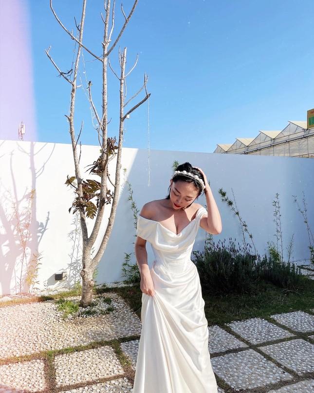Kỷ niệm 1 năm kết hôn, Tóc Tiên mặc lại váy cưới cũ khoe khéo vòng 1 căng đầy ảnh 3