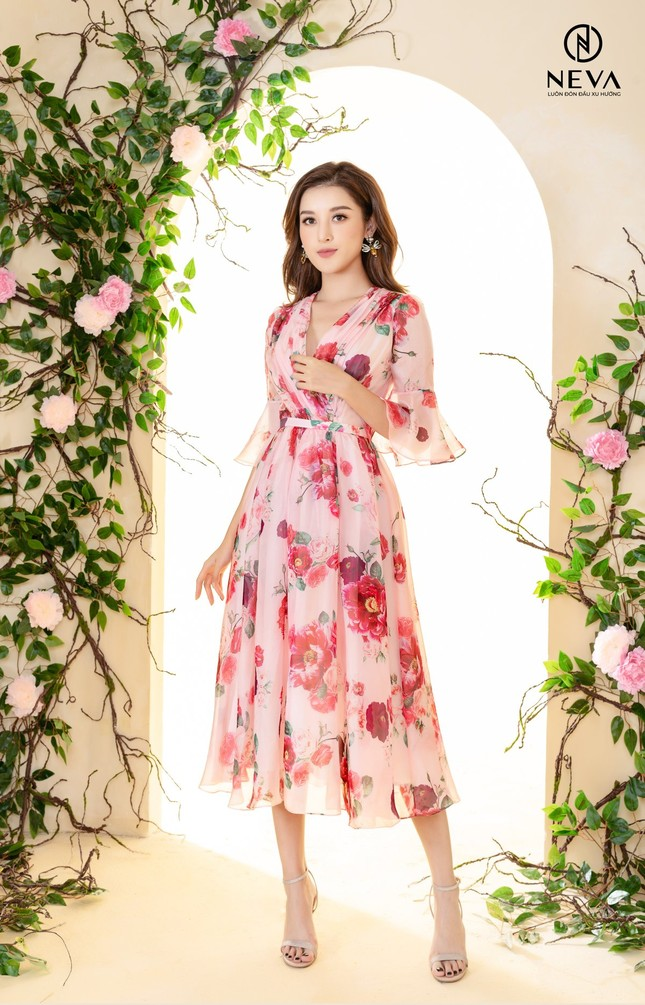 Hoa hậu, Á hậu mặc gì cũng đẹp nhưng xuất sắc nhất là khoe dáng với họa tiết hoa ảnh 5