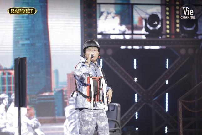 """""""Rap Việt"""": Tlinh tạo kỳ tích khi một mình """"cân"""" hai đối thủ """"nặng ký"""" ảnh 13"""